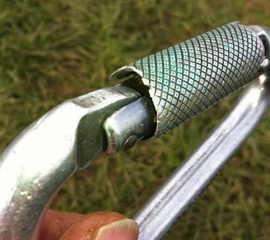 Signs of wear on karabiner gate